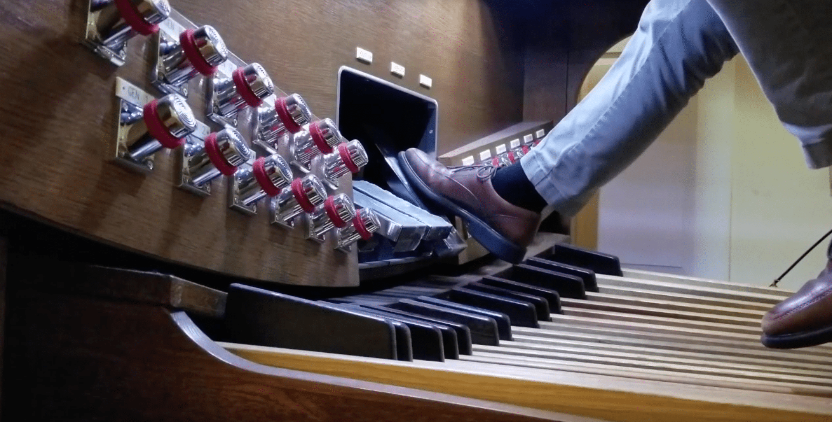 Expression pedals on an organ
